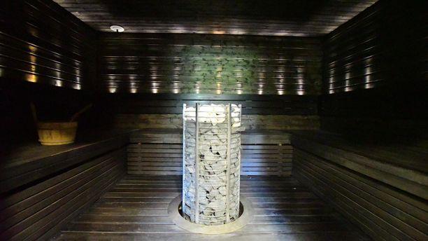 Lohjalaisen talon saunaosasto on tyylikäs, ja sinne mahtuu halutessa myös poreamme.