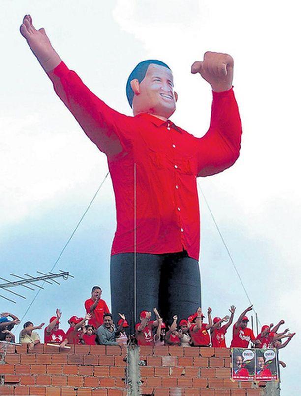 Kuvan hahmo ei ole pumpattava barbara vaan ilmatäytteinen presidentti Hugo Chavez, joka pyrkii näin vakuuttavasti voittamaan Venezuelan joulukuiset vaalit.