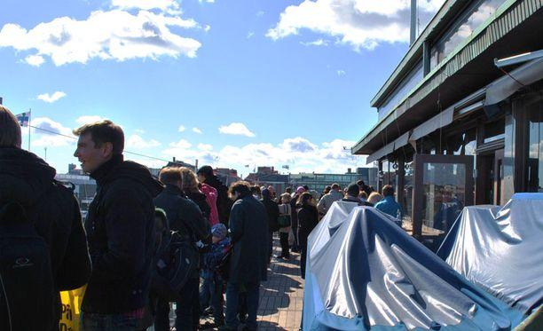 Täydellinen sää Helsingin huuhkajanpoikasten bongailuun Sokoksen ylimmän kerroksen terassilla.