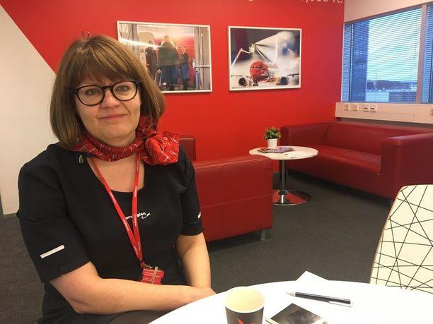 Sanna Sihvonen kertoo, että hänen aiemmasta työstään psykiatrisena sairaanhoitajana on hyötyä asiakaspalvelussa.