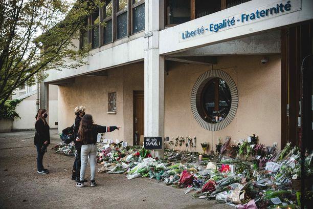 Bois d'Aulnen koulun, jossa murhattu Samuel Paty opetti, edusta täyttyi kukista viikonloppuna.