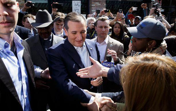 Ted Cruz kosiskeli äänestäjiä Bronxissa keskiviikkona.