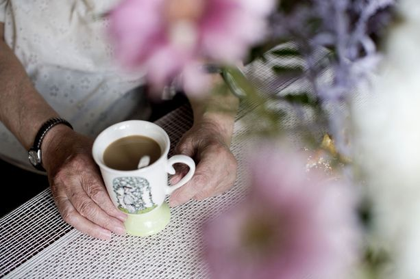"""Kotipalvelun hoitajat kertovat miten pahalta tuntuu, kun ei ole aikaa jäädä edes kahvikupin verran pitämään seuraa asiakkaan kotiin, vaikka hoitajat voi olla vanhuksen ainoa ihmiskontakti koko viikon aikana. """"Yksi kirjaimellisesti roikkui kiinni, että älä jätä"""", kertoo nimimerkki Sairaanhoitaja."""