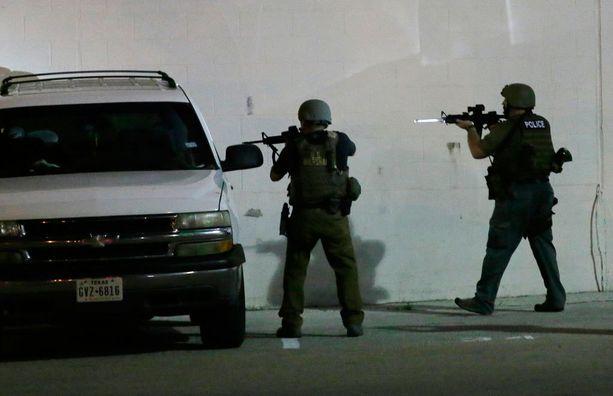 Poliisit tarkastivat autoa Dallasin keskustassa perjantain vastaisena yönä.