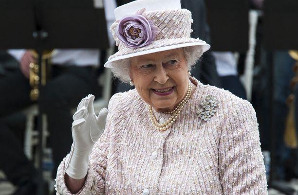 Kuningatar Elisabet onnitteli Harrya ja Meghania vauvauutisen johdosta.