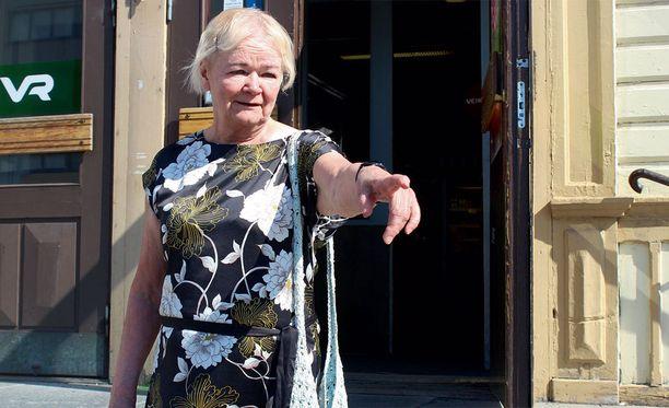 - Äiti odotti tuossa pikkusiskoni kanssa, Rauni Kemi näytti Oulun rautatieasemalla edelliskesänä, 69 vuotta kotiinpaluunsa jälkeen.