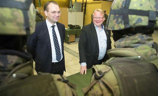 Puolustusministerit Jussi Niinistö (sin.) ja Peter Hultqvist allekirjoittivat yhteisymmärryspöytäkirjan Turussa. Arkistokuva on vuodelta 2015, jolloin ministerit tapasivat Helsingissä.