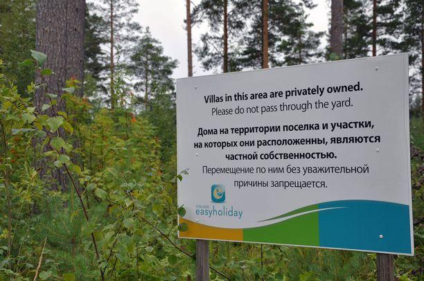 Iso kieltokyltti Ahtisaarien ostamalla tyhjällä tontilla kehottaa pysymään poissa yksityisalueelta.