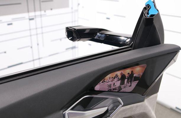 Virtuaalipeiliä katsellaan näyttöruudusta ja kamera toimii peilin silmänä.