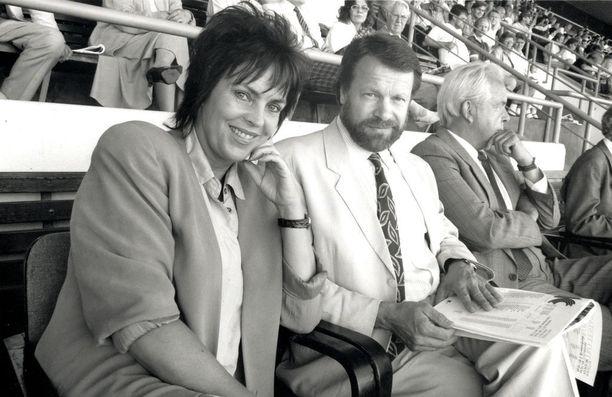 Ilkka Kanerva yhdessä naisystävänsä Paula Koivuniemen kanssa urheilua seuraamassa kesällä 1991.
