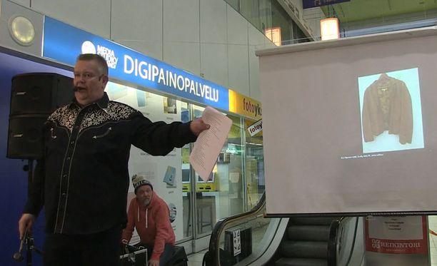 Huutokaupassa myytiin myös Kari Tapion keikkavaatteita.