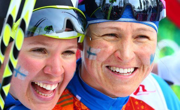 Kerttu Niskanen ja Aino-Kaisa Saarinen hiihtävät parisprintissä MM-mitalista.