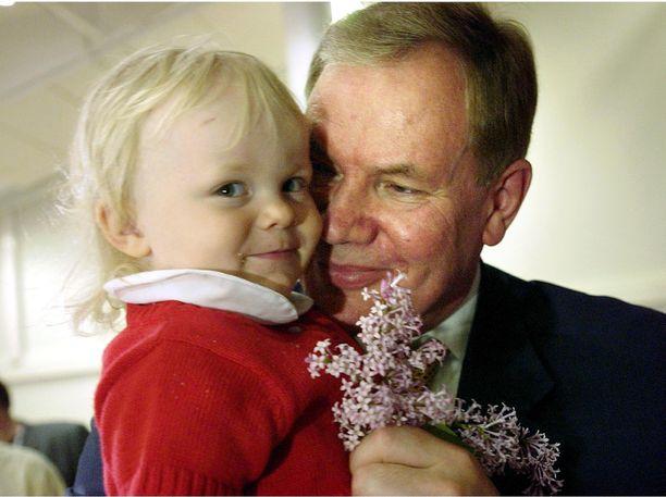 Sofia Lipponen vuonna 2002 isänsä sylissä.