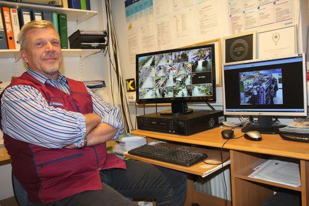 Kauppias Esa Ollilla on riittänyt valvontakameroiden nauhoja katsottavaksi.