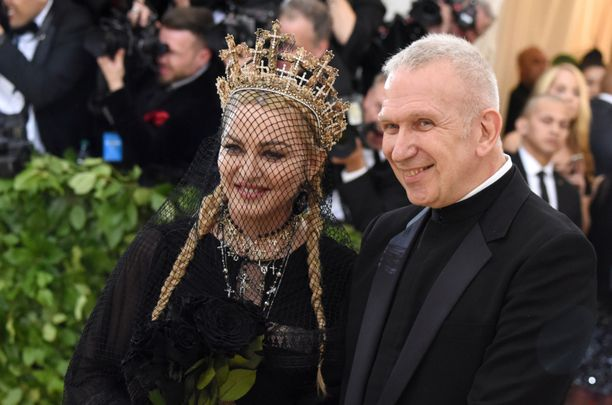 Esiintymisasuissakin yhteistyötä tehneet Jean-Paul Gaultier ja Madonna arkistokuvassa Met-gaalassa New Yorkissa tammikuussa 2018.