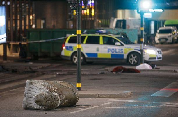Tukholman terrori-iskussa perjantaina 7. huhtikuuta kuoli 4 ja loukkaantui 15 ihmistä. Epäilty Rakhmat Akilov on tunnustanut teon.