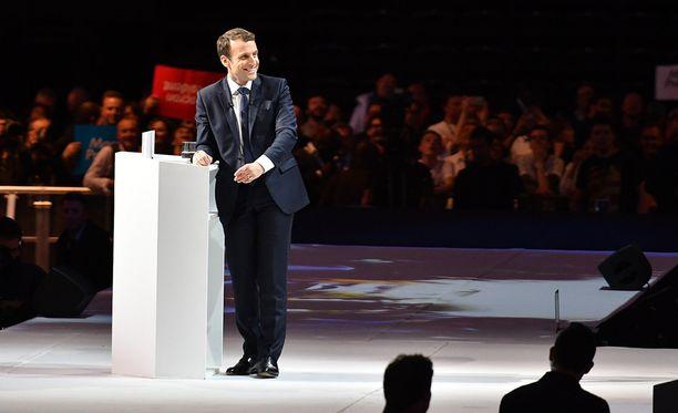 Emmanuel Macron perusti huhtikuussa 2016 En Marche! ('Liikkeelle') -nimisen edistyksellisen ja sosiaaliliberaalisen poliittisen järjestön.