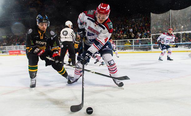 HIFK:lla ei kulkenut kaukalossa, eikä kovin tyylikkäästi homma sujunut pelin jälkeenkään. Kuvassa kamppailevat Michael Keränen Ilveksestä ja HIFK:n Marcus Högström.