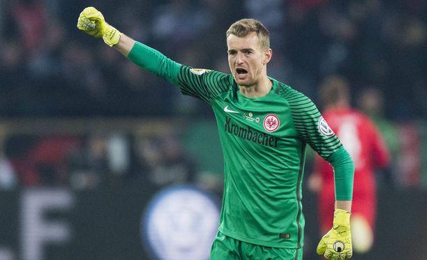 Lukas Hradecky nousi taas Frankfurtin sankariksi.