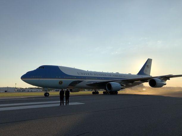 Ilmatila on tarkassa valvonnassa Air Force Onen noustessa ja laskiessa. Kuva presidentti Trumpin saapumisesta Helsinki-Vantaalle viime sunnuntaina.