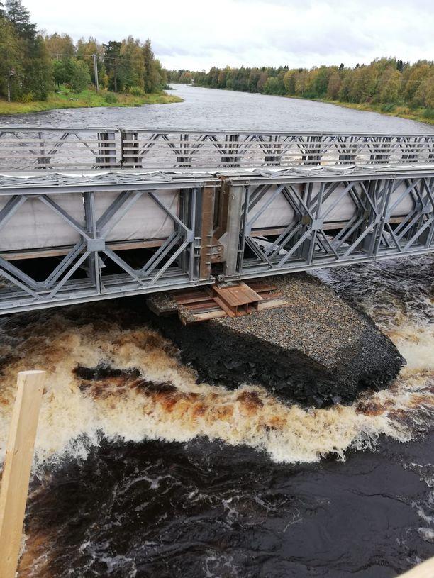 Yllättävä tulva söi varasillan rakenteita. Silta uhkasi romahtaa valtatiellä.