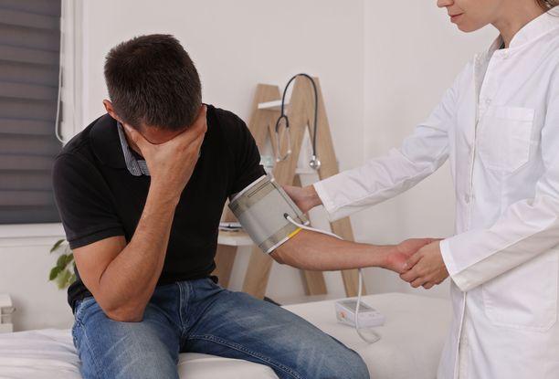 Lääkärin mittaamana verenpaine voi olla hieman enemmän kuin kotona mitattuna.