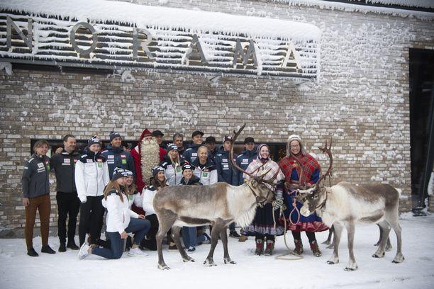 Suomen alppihiihtomaajoukkue poseerasi porojen ja jouluhahmojen kanssa Levillä.