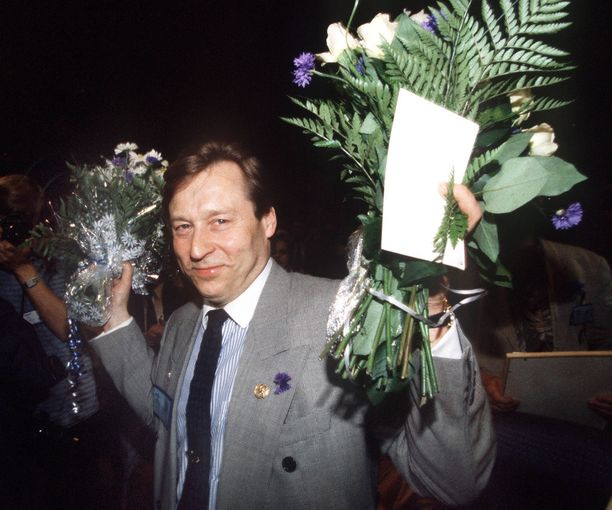 Pertti Salolainen nousi eduskuntaan jo vuonna 1970. Hän on toiminut myös muun muassa ministerinä ja kokoomuksen puheenjohtajana. Kuva kesäkuulta 1991, jolloin Salolainen nousi kokoomuksen puheenjohtaksi.