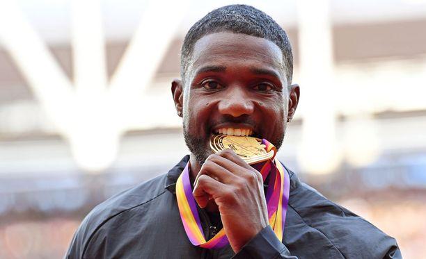 Justin Gatlin sai sunnuntai-iltana käsiinsä uransa toisen sadan metrin MM-kultamitalin.