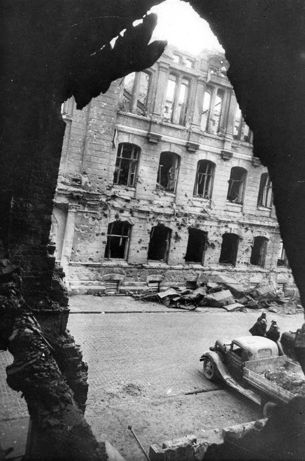 """Talvisodan ensimmäisenä päivänä myös Hietalahden torin tienoot saivat vaurioita. """"Teknillinen korkeakoulu oli pommitettu hajalle"""", Tanner muisteli kirjassaan."""