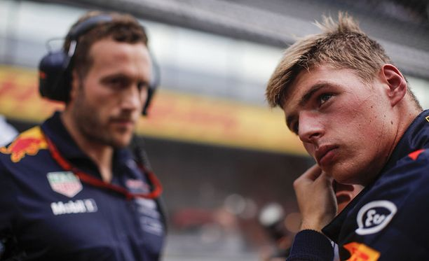 Max Verstappen joutui riisumaan kypärän päästään taas ennen aikojaan.