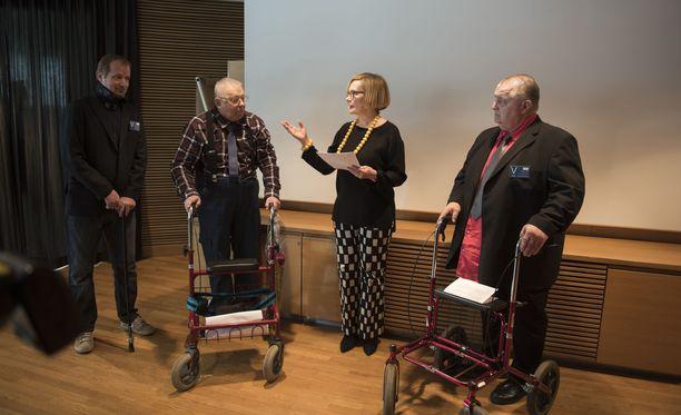 Vakuutuslääkärijärjestelmän muuttamisesta kansalaisaloitteen tehneet ovat tyytyväisiä valiokunnan ratkaisuun. Kuvassa Nico Ojala (vasemmalla), Heikki Päivike ja Pertti Latvala luovuttamassa aloitetta puhemies Paula Risikolle huhtikuussa 2018.