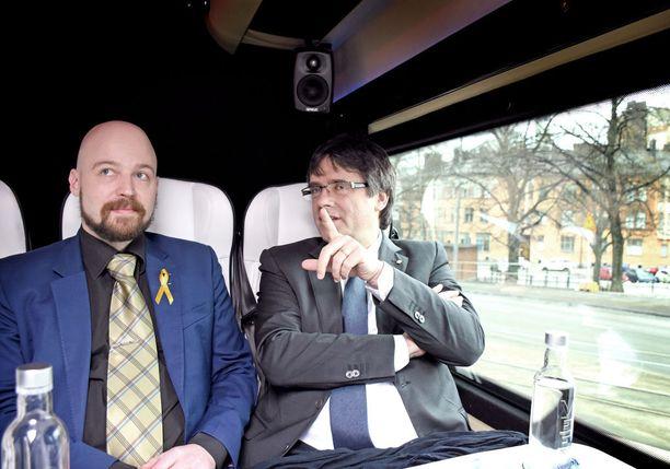 Katalonian itsenäisyyden kannattaja, keskustan kansanedustaja Mikko Kärnä ja Katalonian aluehallinnon entinen johtaja Carles Puigdemont matkustivat torstaina yhdessä lentokentältä eduskuntaan.