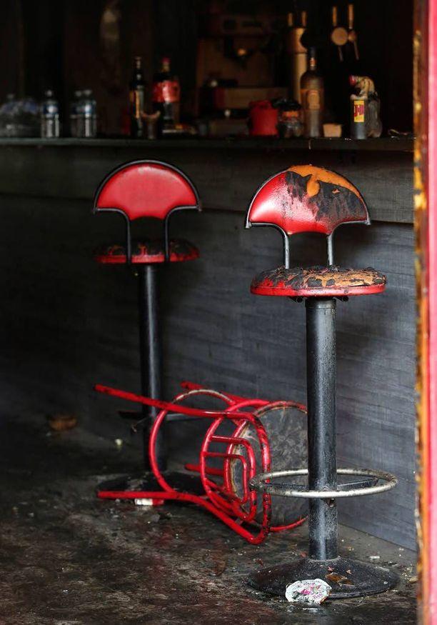 Tragedian jäljiltä Le Cuba Libressä on jäljellä palaneita tuoleja.