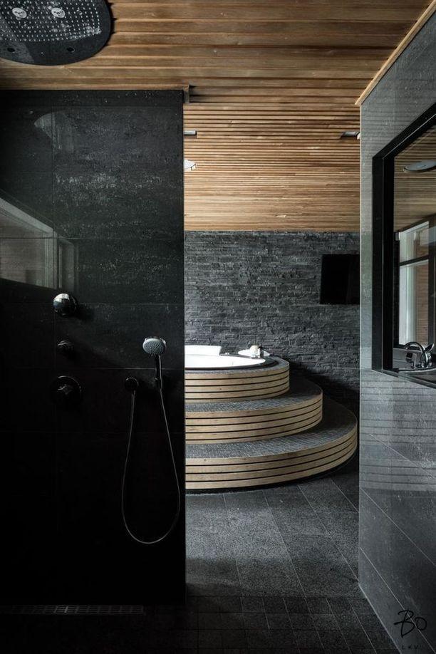 Kirkkonummelaistalon kylpyläosastolla tummat kaakelit ja vaalea puu ovat näyttävä spa-tyylinen yhdistelmä.