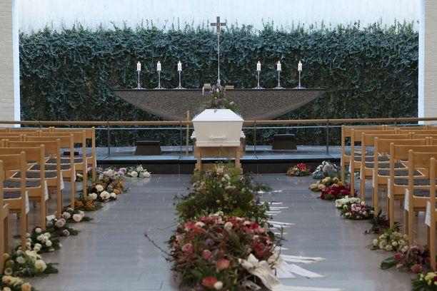 Louisa Vesterager Jespersenin arkku odotti Fonnesbaekin kirkossa Ikastissa siunaustilaisuuden alkamista.