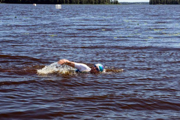 Heikki Mäkelällä on haasteensa treenaamisessa sokeuden vuoksi, mutta uiminen on helpoimmasta päästä