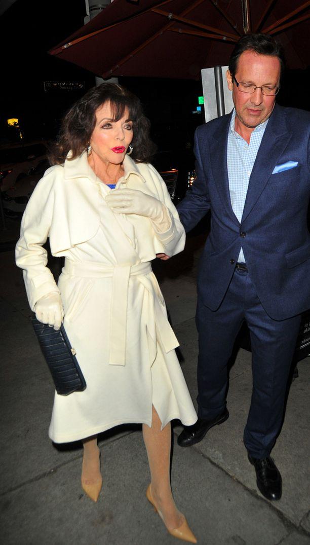 Joan Collins oli pukeutunut kapeakärkisiin korkokenkiin.