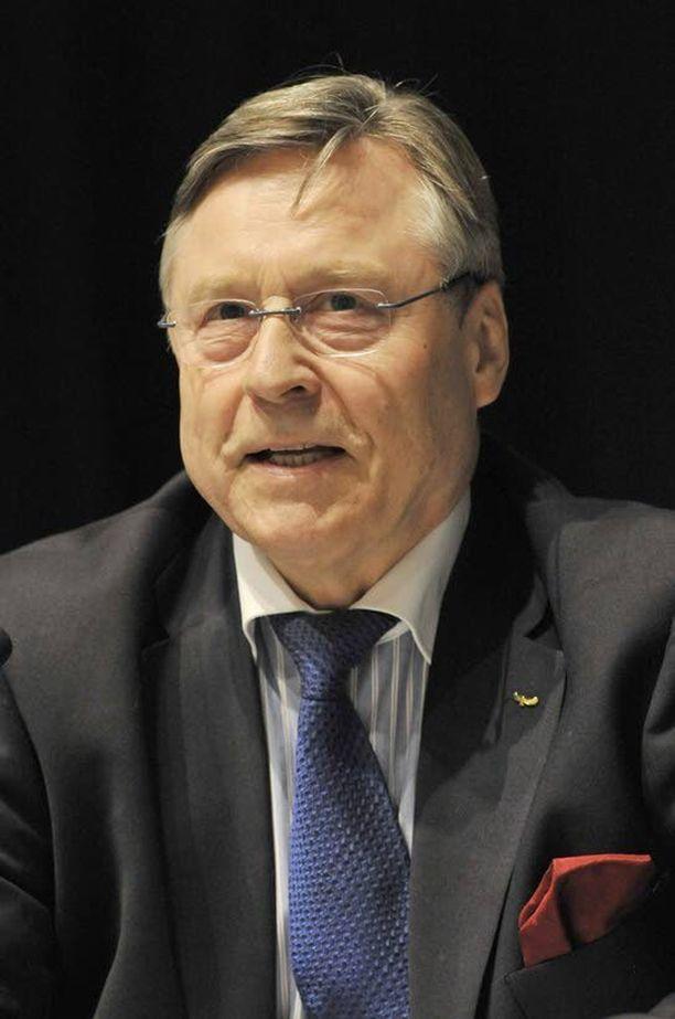 Kokenut Pertti Salolainen avaa kylmän sodan kabinetteihin sulkeutunutta puolustuspoliittista keskustelua selkokielelle.