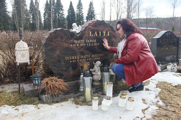 Sydämenmuotoinen hautakivi muistuttaa, kuinka tärkeitä Tuukka ja Matti olivat Tuulalle.