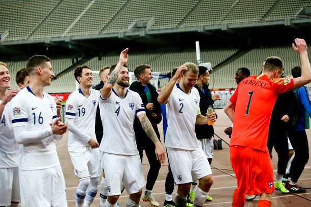 Suomi juhli Kansojen liigan lohkovoittoa fanien edessä.