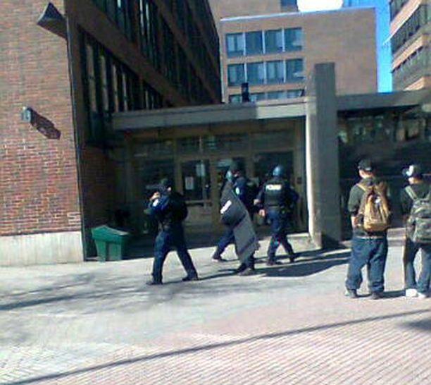 Rynnäkkövarusteiset poliisit keräsivät uteliaita katseita Pasilassa.