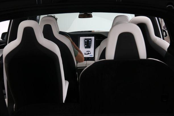 Model X on Teslan kalliimpia malleja, se on citymaasturi.
