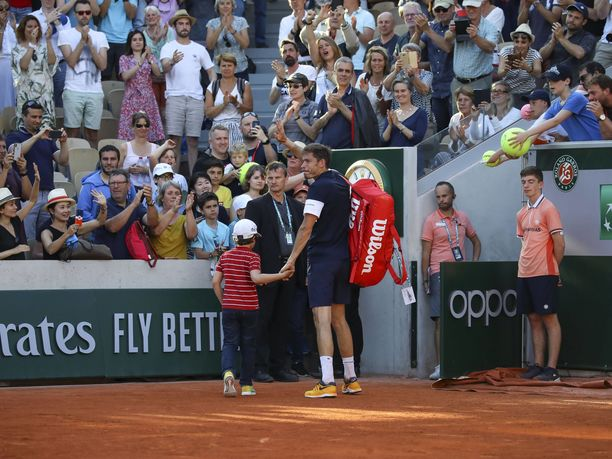 Lopuksi isä ja poika poistuivat areenalta käsi kädessä.