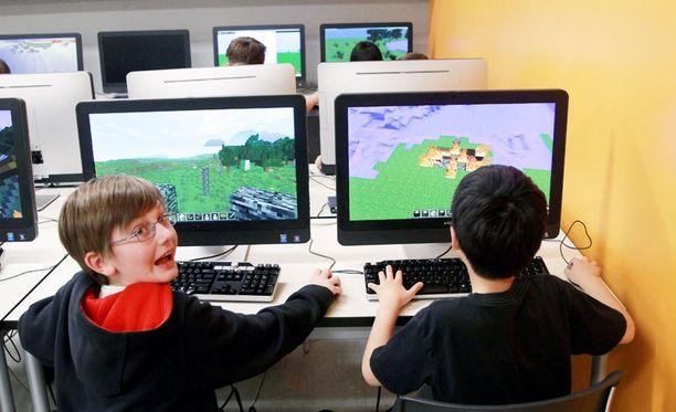 Yhdysvaltalaislapset rakentelevat Minecraft-maailmoja osana opintoja 2014. Minecraftin avulla lapsille opetetaan nyt koodausta.