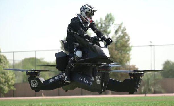 Dubain poliisi aikoo hankkia lisää lentäviä moottoripyöriä, kunhan poliiseja saadaan koulutettua uuteen kulkuvälineeseen.