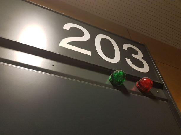 Helsingin käräjäoikeus käsitteli asian suljetuin ovin nuorten oppilaiden suojelemiseksi.