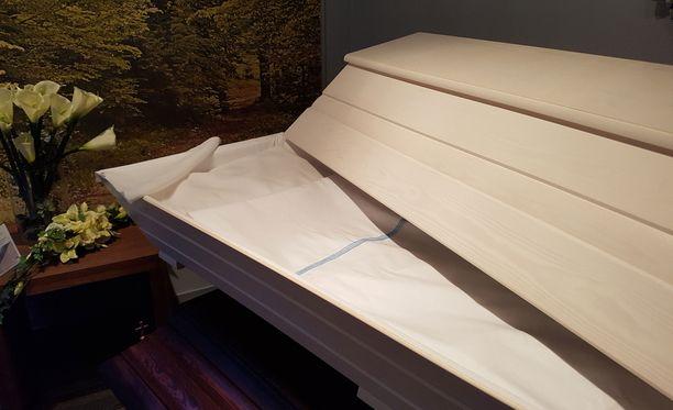 Suomi 100 -arkku on mäntyä ja pitsinen koriste on myös käsityötä. Vasta keväällä markkinoille tulleen arkun suosio yllätti valmistajan täysin.