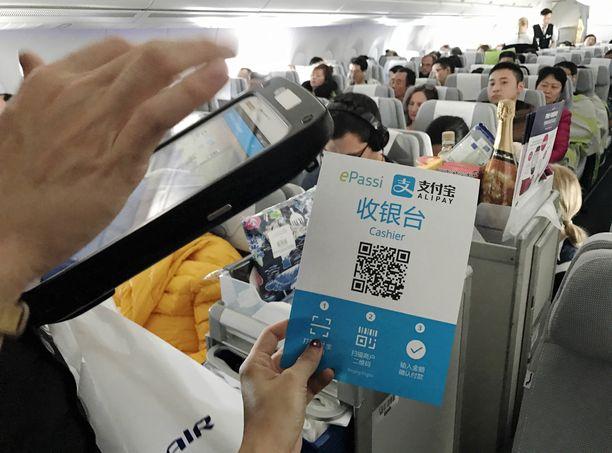 Kabiinihenkilökunta on lennon aikana läheisesti tekemisissä matkustajien kanssa. Arkistokuva Pekingin-lennolta.