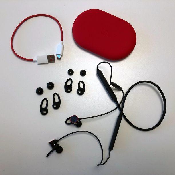 Kuulokkeiden lisäksi paketista löytyy vaihtonapit, suojakotelo ja latausjohto.